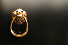 Ring Pull Handle en puerta negra Imágenes de archivo libres de regalías