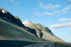 Ring Road, blauer Himmel, Felsenberg, Island Stockfoto