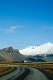 Ring Road, blauer Himmel, Schneeberg, Island Lizenzfreie Stockfotos