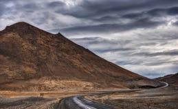 Ring Road en Islandia talla a través de las montañas montañosas Imagenes de archivo