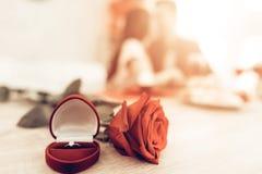 Ring And Rose Concept Heilig-Valentinsgruß ` s Tag lizenzfreie stockfotografie
