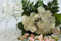 Ring, rozen en champagne royalty-vrije stock afbeelding
