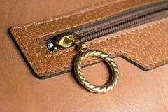 Or Ring Zip du sac en cuir Images stock