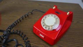 Ringa den röda roterande telefonen stock video