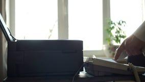 Ringa en vit telefon i kontoret lager videofilmer