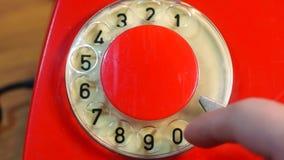 Ringa ett nummer på retro telefonslut arkivfilmer