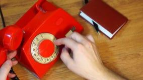 Ringa ett telefonnummer på den retro roterande telefonen stock video