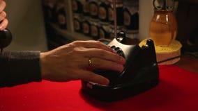 Ringa med en retro roterande telefon, ringer mannen i kontoret den gamla telefonen stock video