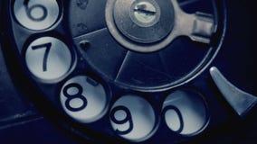Ringa på den retro telefonen stock video