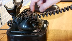 Ringa på en tappningtelefon stock video