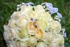 Ringe auf dem Blumenstrauß Lizenzfreies Stockbild