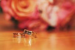 Ringe auf dem Tisch Stockfotografie