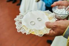 Ringe auf einer Heiratszeremonie in der Kirche lizenzfreies stockfoto