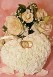 Ringe auf Rosen-Kissen und Satin Lizenzfreies Stockbild