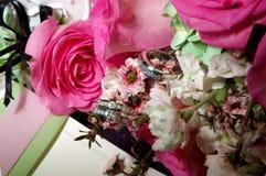 Ringe, die auf dem Blumenstrauß stillstehen stockfotografie