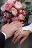 Ringe, Hände und Blumenstrauß Lizenzfreie Stockfotos