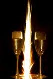 Ringe im Champagnerglas und -feuerwerk Lizenzfreie Stockbilder