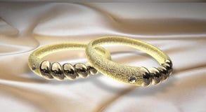 Ringe im gelben Gold und im weißen Gold mit Diamanten Lizenzfreies Stockfoto