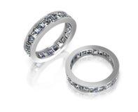 Ringe mit Diamantprinzessin auf weißem Hintergrund Stockfoto