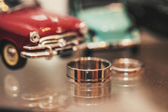 Ringe nahe dem Auto Stockfotos
