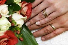 Ringe und Blumen lizenzfreie stockfotos