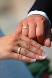 Ringe und Hände Stockfotografie