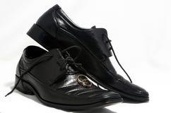 Ringe und Schuhe Stockbild