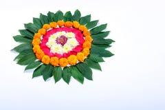 Ringelblumen-Blume rangoli Design für Diwali-Festival, indische Festivalblumendekoration stockfoto