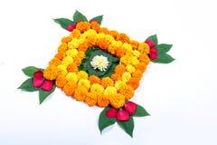 Ringelblumen-Blume rangoli Design für Diwali-Festival, indische Festivalblumendekoration stockfotos