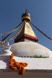 Ringelblumenhalskette und Boudhanath-stupa Stockfoto