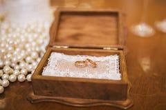 Ringen in een houten doos Stock Afbeelding
