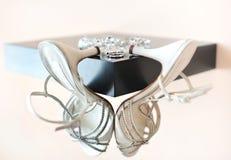 Ringen en geïsoleerdea huwelijkstoebehoren Stock Afbeelding