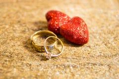 Ringen en harten Een symbool van liefde en loyaliteit Plaats voor uw tekst royalty-vrije stock afbeeldingen