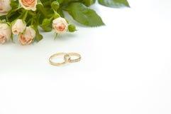 Ringen en rozen royalty-vrije stock foto's