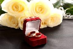 Ringen en rozen stock afbeelding