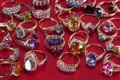 Ringen met kostbare & halfedelhalfedelstenen stock fotografie