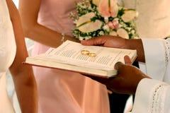 Ringen op de bijbel Royalty-vrije Stock Afbeeldingen