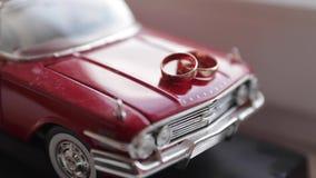 Ringen op de stuk speelgoed auto stock videobeelden