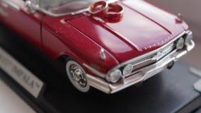 Ringen op de stuk speelgoed auto stock video