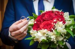 Ringen op een achtergrond van bloemen Royalty-vrije Stock Afbeelding
