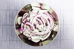 Ringen van purpere uien in een metaalkom royalty-vrije stock afbeeldingen