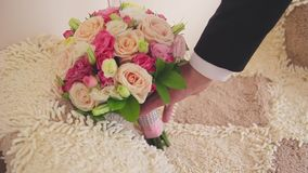 Ringenjonggehuwden en een bruidboeket met toebehoren stock videobeelden