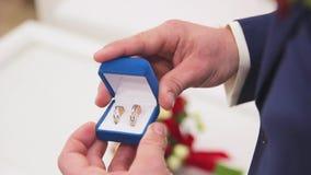 Ringenjonggehuwden en een bruidboeket met toebehoren stock video