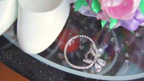 Ringenjonggehuwden en een bruidboeket met toebehoren stock footage