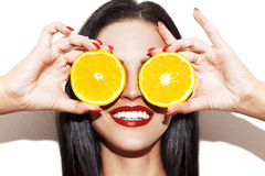 Ringer den hållande apelsinen för kvinnan på ögon Arkivbild