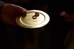 Ringer guld- älskvärda smycken för dedikation bruden och brudgummen arkivfoto