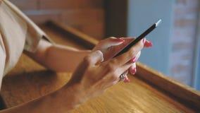 Ringer kvinnliga händer för mobila teknologiapps att skriva lager videofilmer