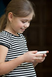 Ringer läs- sms för liten flicka på arkivfoto