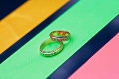 ringer satiny bröllop royaltyfria foton