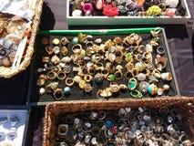 Ringer till salu på en gatamässa, smycken, rutherforden, NJ, USA Fotografering för Bildbyråer